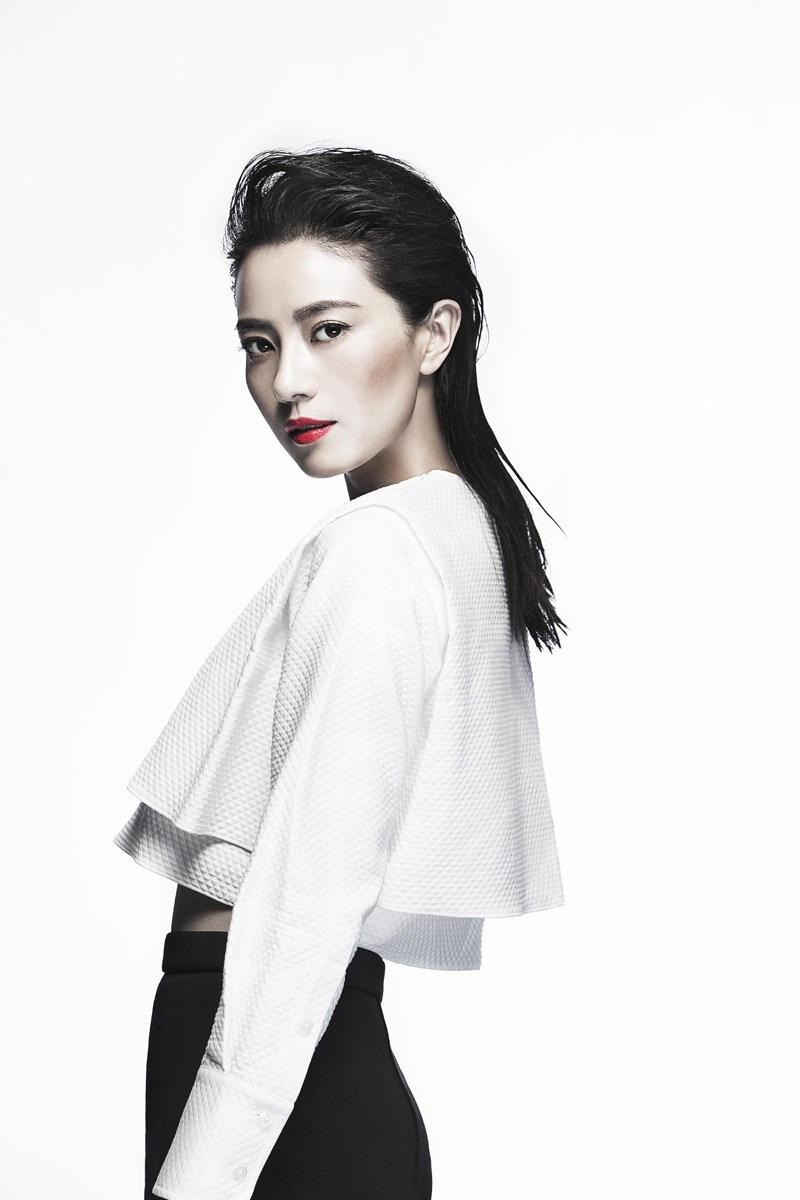 高圆圆登杂志封面 黑白间演绎强势女王范儿