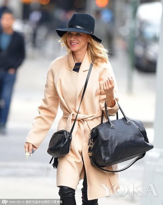 帽+驼色大衣+Gucci流苏迷你包+黑色皮裤+搭扣高跟凉鞋-街拍夯货大