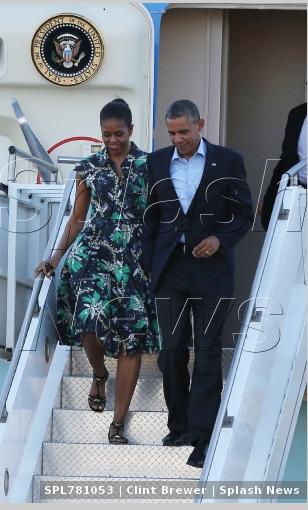 米歇尔牵奥巴马一同下飞机