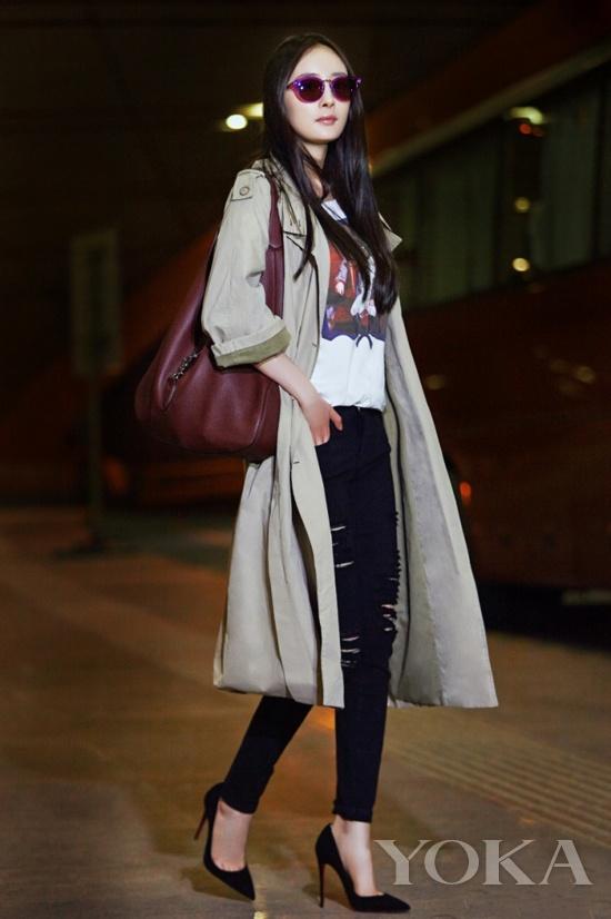 2014年9月,杨幂背万元Jackie赴米兰时装周。
