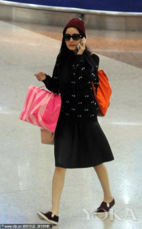 2013年9月14日,杨幂身穿kenzo大眼睛卫衣现身机场,参加2014春夏纽约时装周归来。