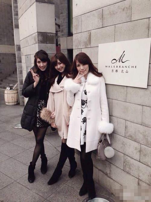 据台湾媒体报道 看似是美女三姊妹各带着小孩